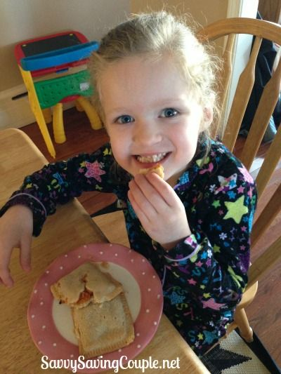 A review of Mom Made Foods Cheesy Mac, Spaghetti with Turkey Meatballs, Cheese Pizza Munchie, and Apple Pie Munchie!