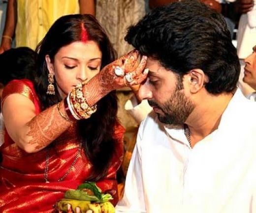 Aishwariya Rai And Abishek Bachan On Their Wedding Day Aishwarya Rai Wedding Pictures Wedding Movies Wedding Pictures