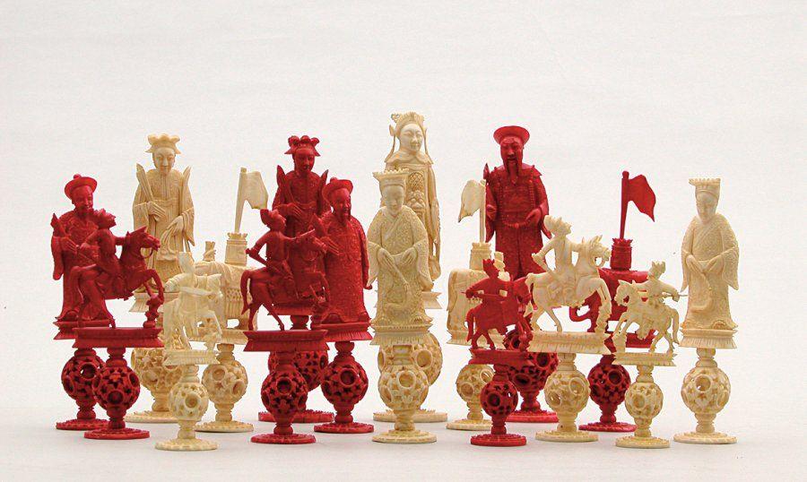 pi ces de jeu d 39 chec en ivoire et ivoire teint repr sentant les pions en forme de personnages. Black Bedroom Furniture Sets. Home Design Ideas