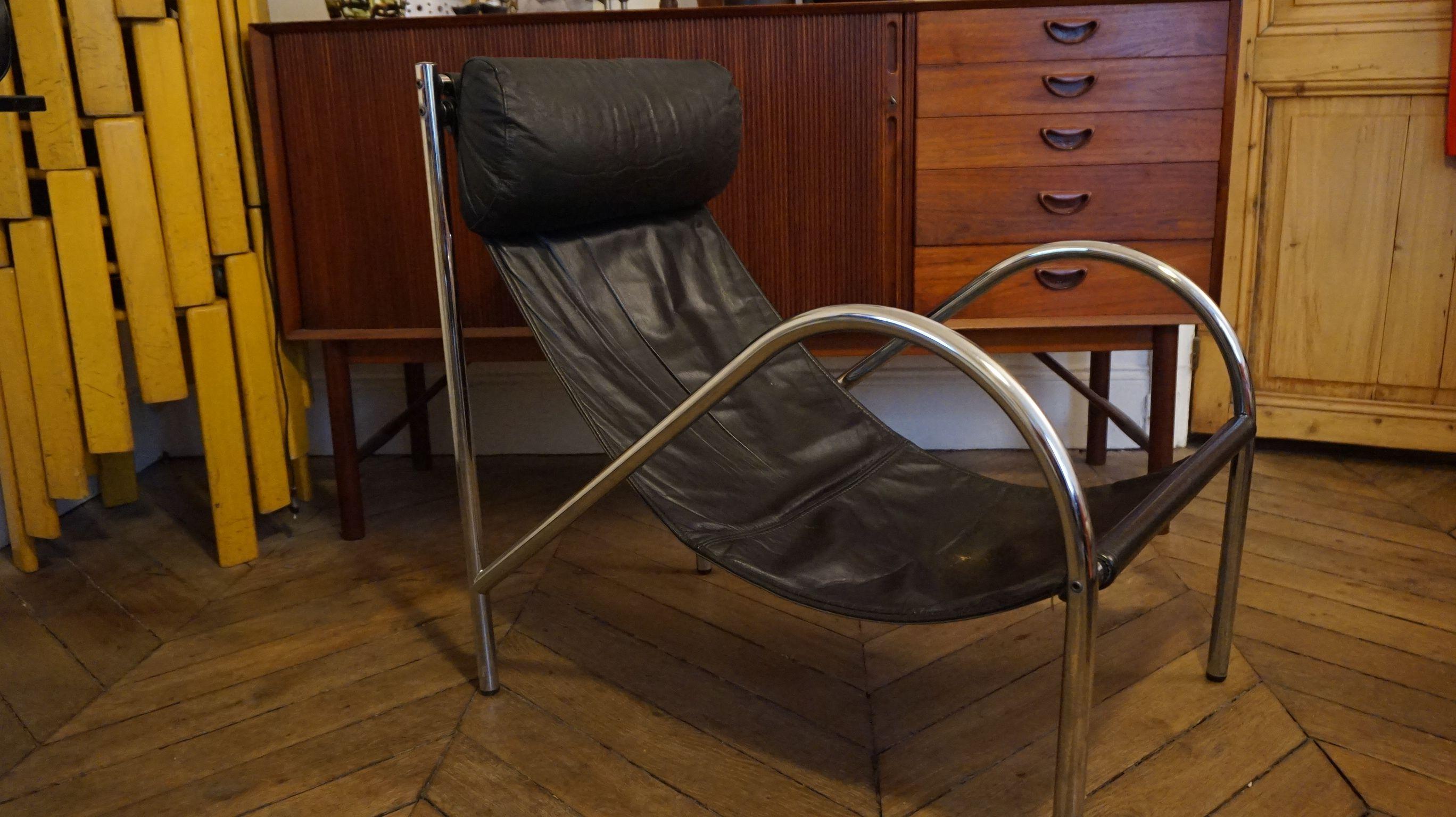 Fauteuil design 70 chaise longue en chrome et cuir tendu. Coussin ...