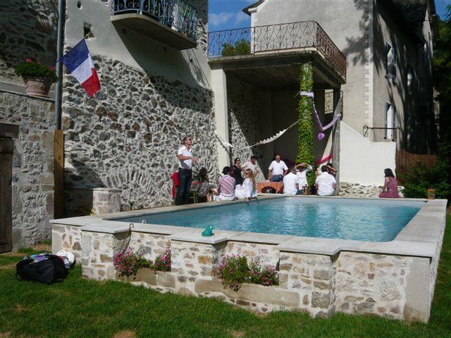 Une belle piscine hors sol en parfait accord avec la maison qu 39 elle accompagne r alis e par - Maison hors sol ...