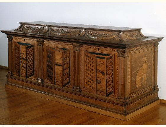 Truhe mit perspektivischen Einlegearbeiten, Baccio Pontelli (zugeschrieben).Mantua, um 1470. Pappelholz, furniert mit Ahorn-, Nussbaum-, Palisander- und Mooreichenholz 99,5 x 229,0 x 86,5 cm. http://www.bayerisches-nationalmuseum.de/