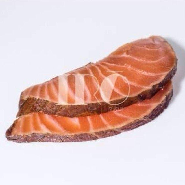 Sashimi de salmão marinado em shoyum aceto balsâmico, suco de limão, suco de laranja, gengibre e manjericão