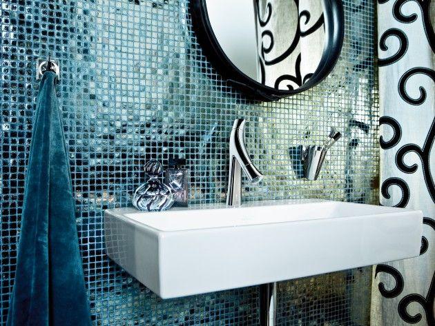 salle de bain avec carrelage en mosaque de couleur bleu avec des reflets imitation ptrole un lavabo carr mural et une robinetterie des plus originale