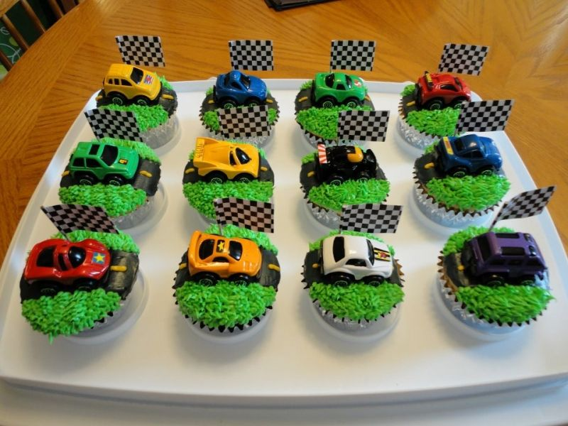 Cupcake cars on mini roads Great idea for mini cake for P on first