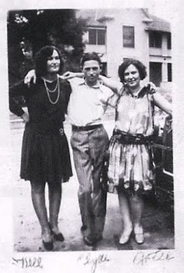 Clyde Barrow And His Sisters Nell Left And Artie Bonnie