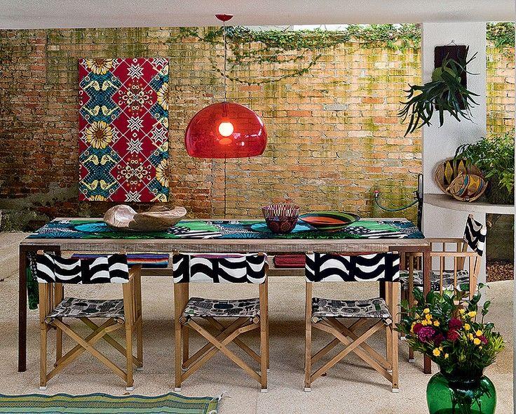 Que tal fazer as refeições na área externa? A estilista Adriana Barra tem uma mesa sob o terraço. As cadeiras dobráveis têm tecido que imita o calçadão de Copacabana