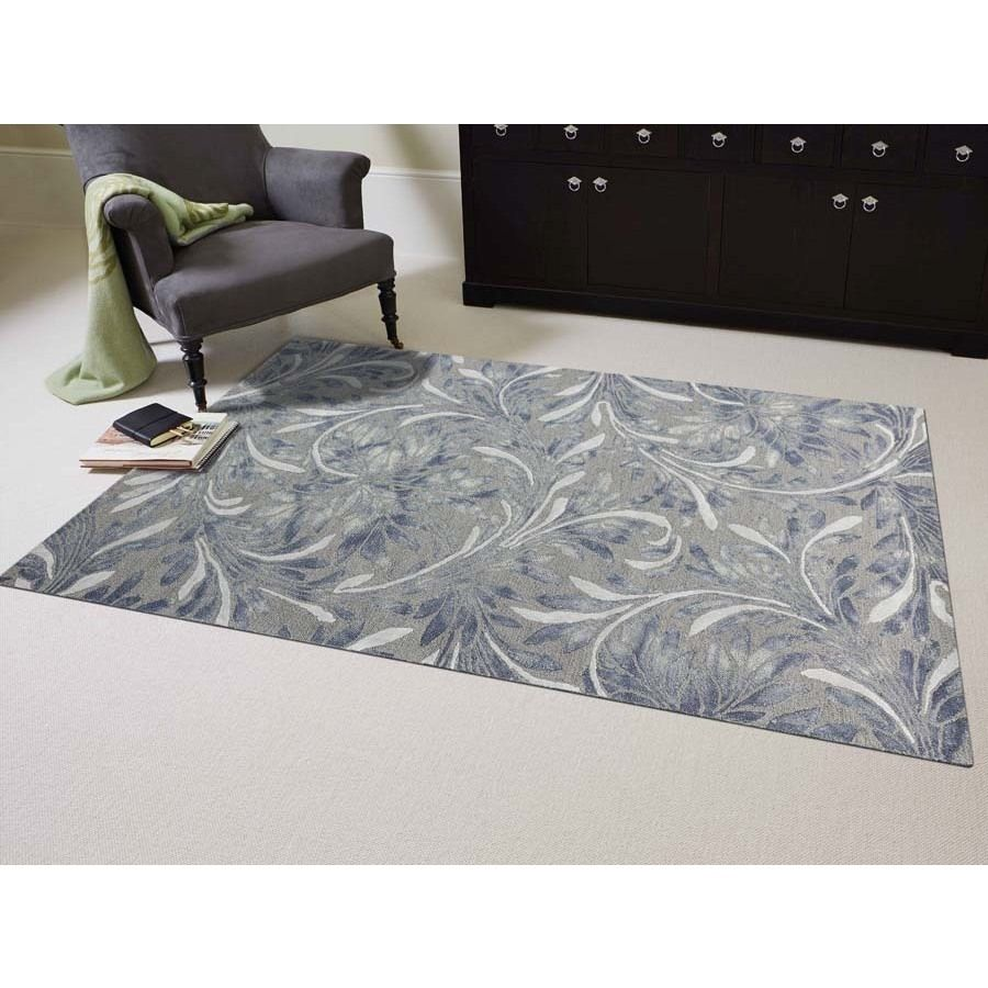 The contemporary design of this Naomi rug adds to the style of your interior decor. With its floral in grey, this soft rug will cover your floors with beauty. Made of wool, viscose and cotton, this rug as a hand-tufted construction.