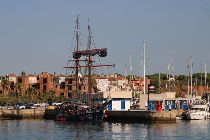 goleta Atyla fondeada en el puerto deportivo de Puerto Sherry