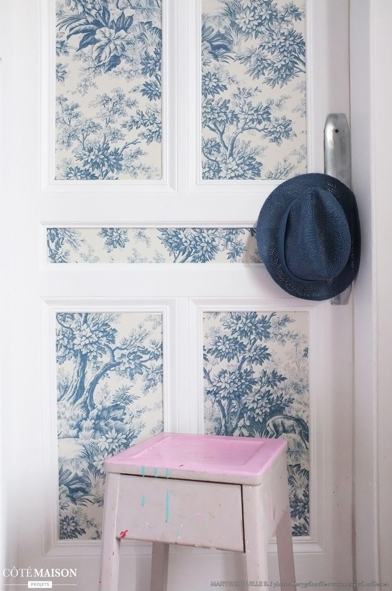 Un papier peint vintage style toile de jouy appliqu sur la porte d co les th mes for Papier peint de porte