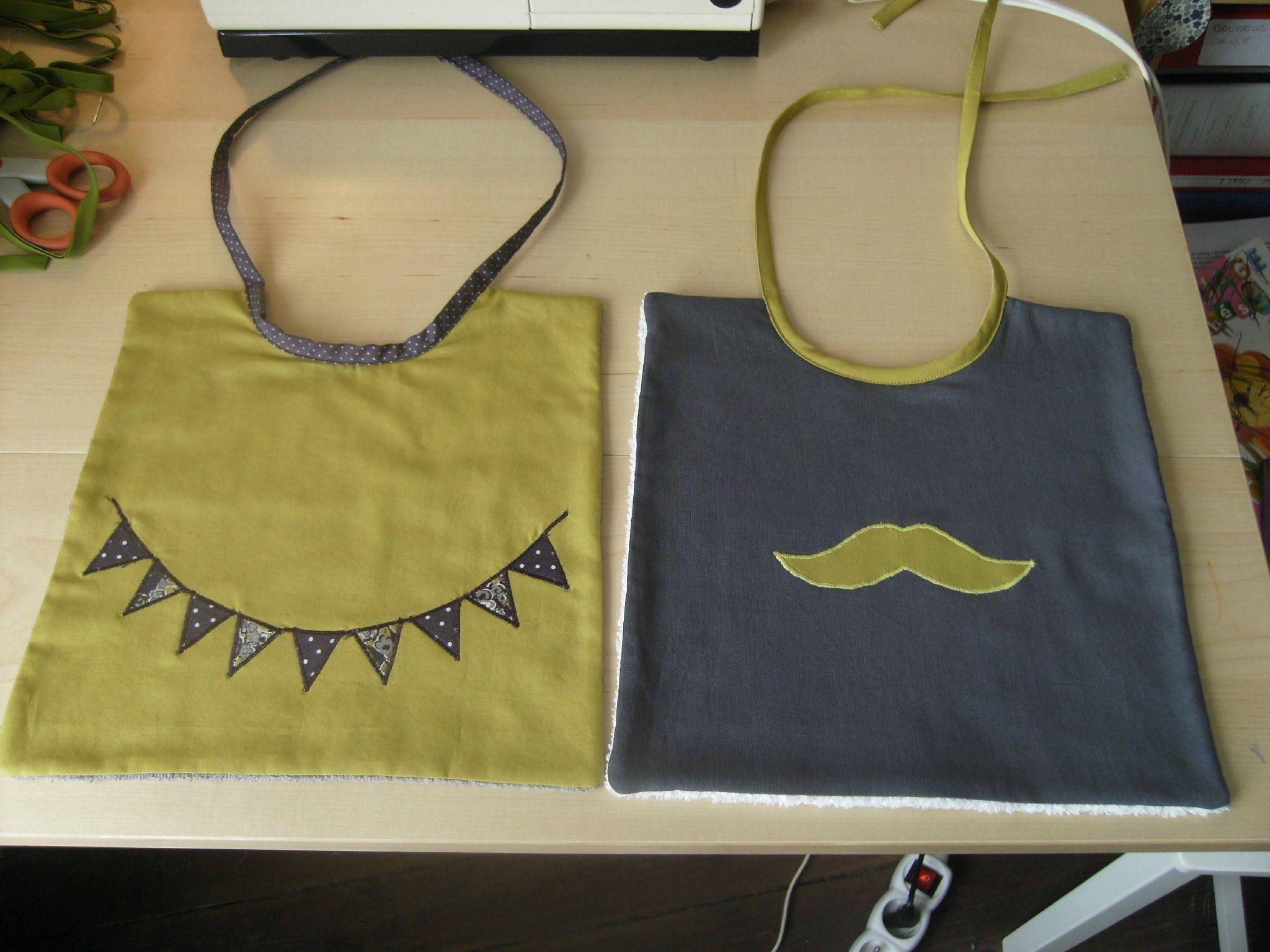 moustache  duo de bavoirs