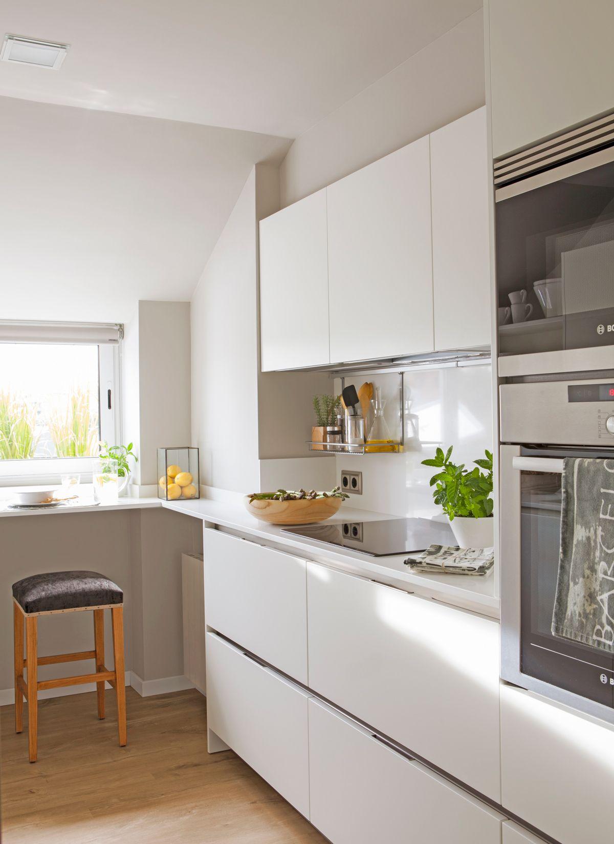 Cocinas Pequenas Con Muebles Blancos.Solo Un Frente De Armarios En 2019 Cocinas Blancas