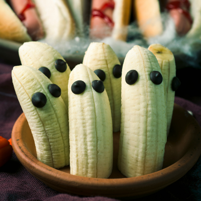 Les bananes fantômes par Tête à modeler #repashalloweenfacile Une recette très facile et très rapide à réaliser que les enfants adoreront. Cette recette est parfaite pour organiser un goûter ou un repas d'Halloween. De plus c'est une recette saine ! #repashalloweenfacile