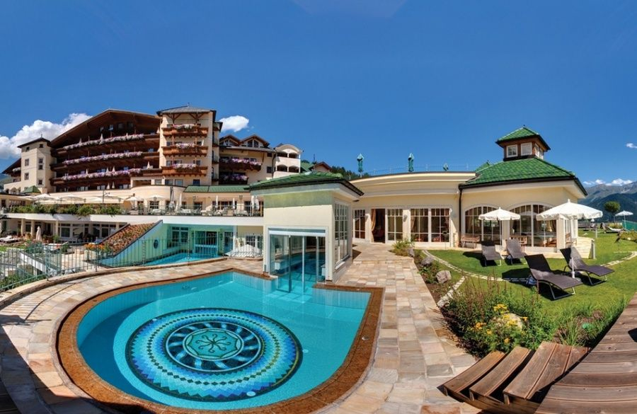 Wellnessresidenz Schalber Serfaus - Hotelansicht vom Feng Shui Garten