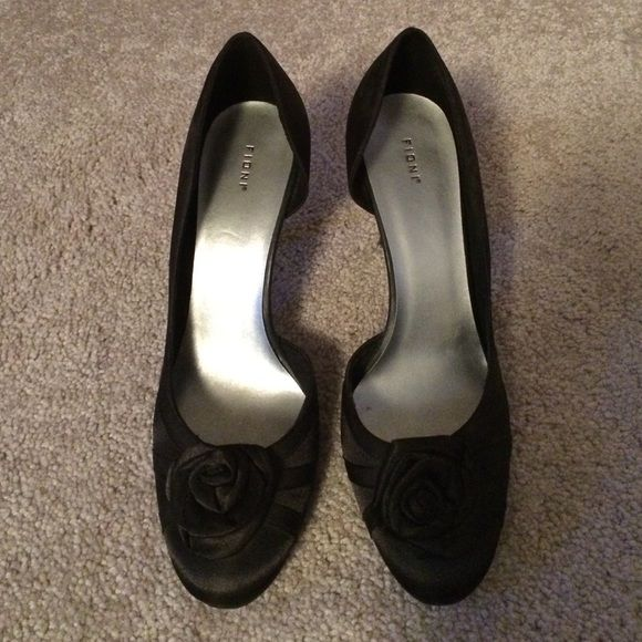 """*LAST CALL* Fioni Black Pumps w/ Rosette (EUC) Flirty & fun pumps! EUC - only worn once or twice, no visible wear/damage. Closed toe with rosette detail. 3"""" heel. FIONI Clothing Shoes Heels"""