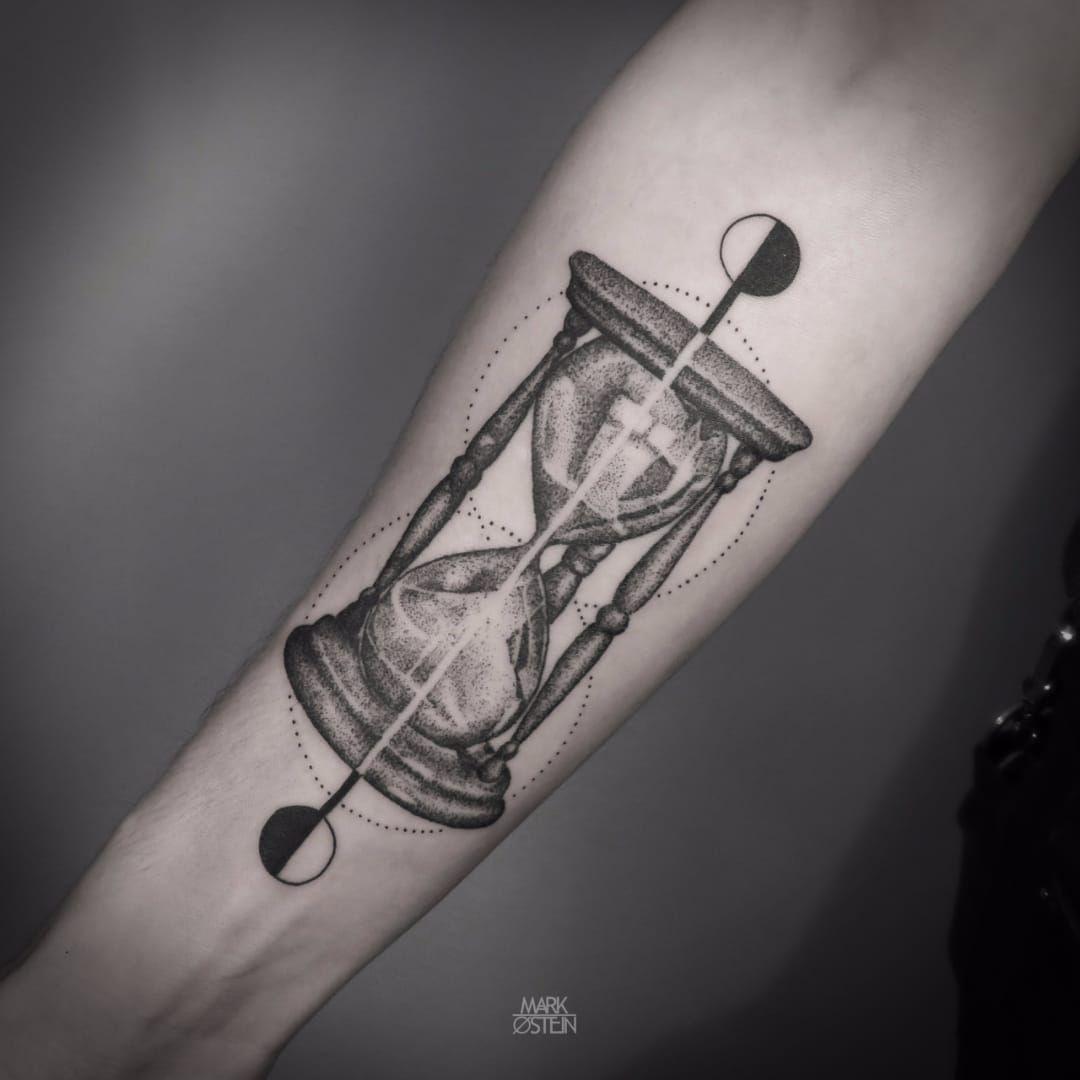 Blackwork hourglass tattoo by mark ostein blackworkhourglass hourglass tattoo designs - Tatouage animaux geometrique ...