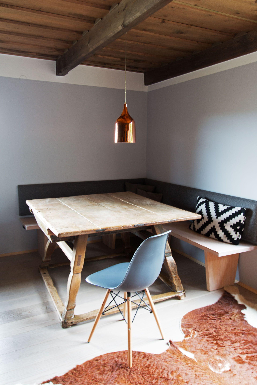Almhütte mit schlichtem Design und Bauerntisch - grau - Holz ...