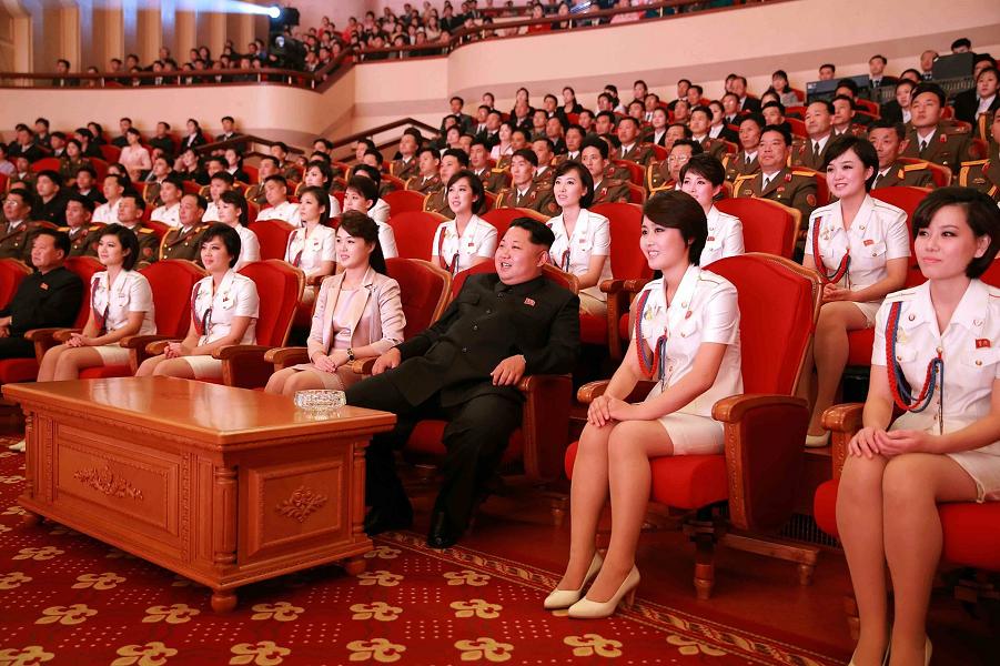 Лидер Северной Кореи Ким Чен Ын на просмотре спектакля в театре.