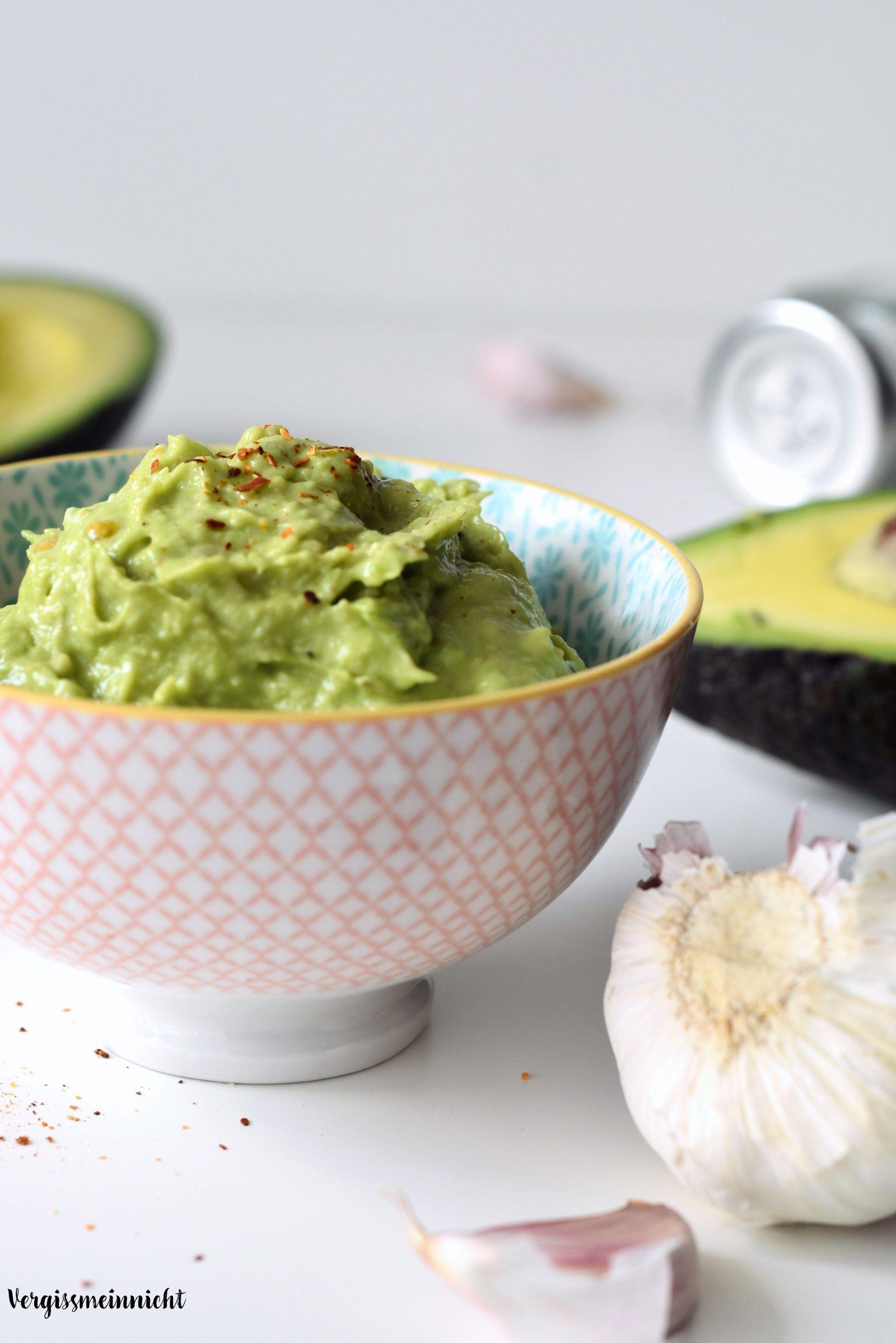 Ein einfaches und leckeres Rezept aus Avocado - Guacamole. Der perfekte Dipp für den Sommer oder zum Grillen.