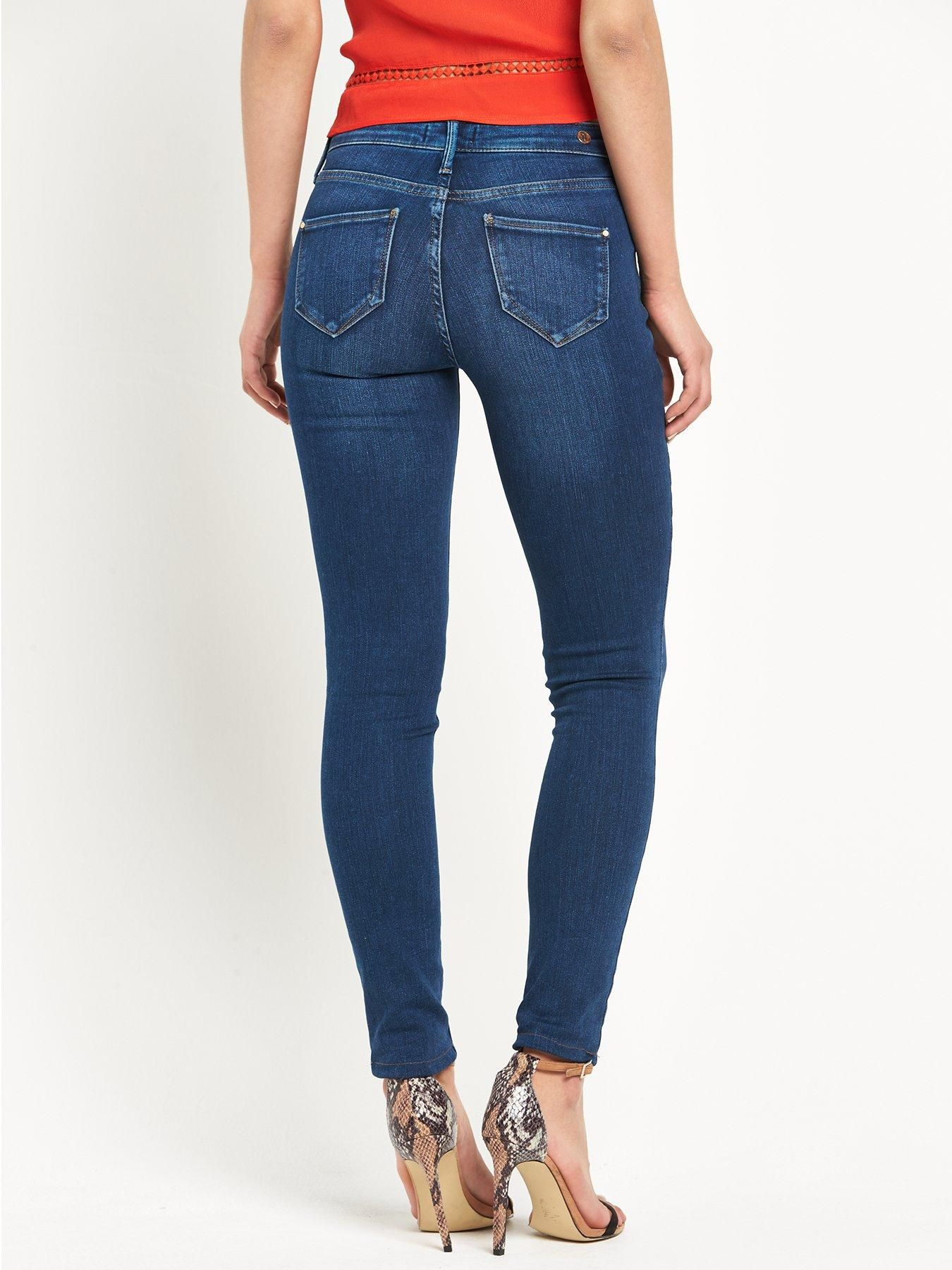 River IslandMolly Skinny Jeans – Mid WashA wear-forever staple, a chic pair of skinnies is a power player in your clothing collection – River Island's Molly skinny jean ticks all the boxes! The Molly is washed to a bright mid blue hue with contrast tan stitching for a classic, streamlined edge. Cut closely to your figure and woven with a hint of stretch, all eyes are on you in this second-skin design! Try with fresh white sneakers, a basic tee and luxe bomber jacket in the daytime, swapping…