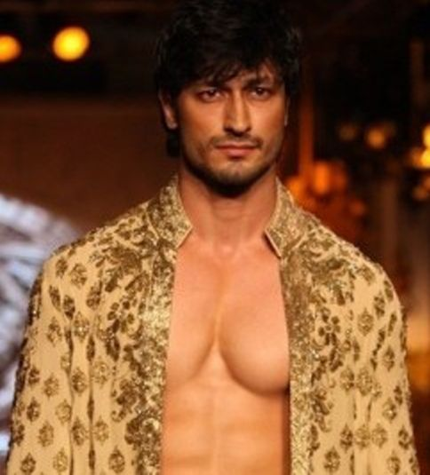 Catch Glimpses Of Actor Vidyut Jamwal In Towel At Irfw 2012 Vidyut Jamwal Bollywood Monsoon Fashion