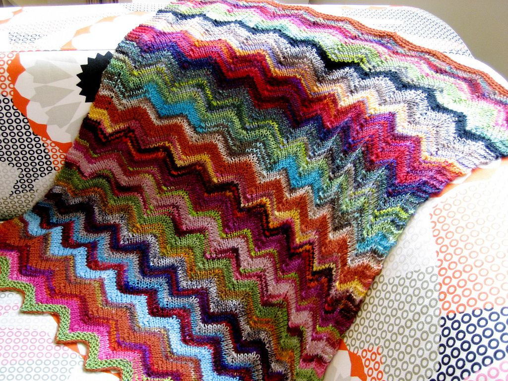 Zig and Zag Sock Yarn pram baby blanket pattern by Debbie Orr | Decken