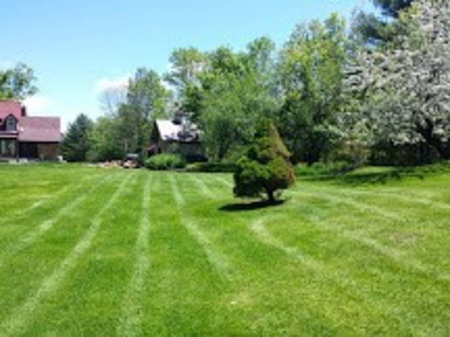 House in Sugar Hill, United States. Private yet 6 minutes to town, this renovated post & beam farmhouse sits on 6.5 acres of peaceful land.  Three bedrooms, two full baths, modern appliances, washer/dryer on first floor, internet & satellite t.v., wireless access.  Big back deck wit...