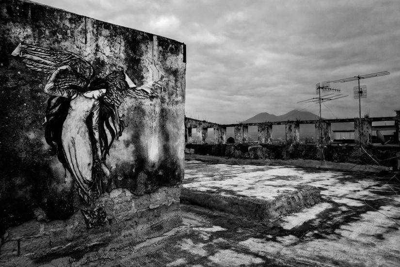 """""""Tu eri l'ineffabile""""; un'opera dello street artist Zilda a Napoli, presso lo """"Scugnizzo liberato"""" (ex carcere minorile Filangieri)."""