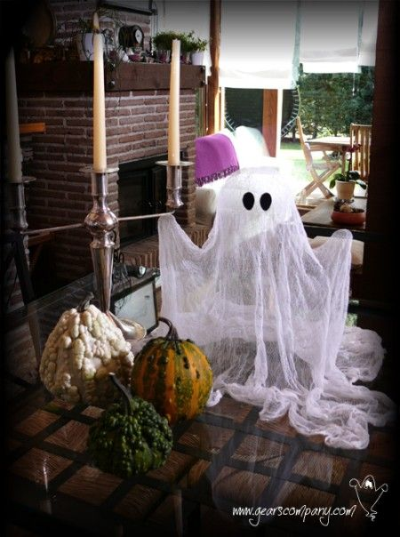 Cómo hacer un fantasma especial para Hallowwen, a través del Blog Zona Manualidades.  http://www.zonamanualidades.com/2011/10/18/como-hacer-un-fantasma-especial-halloween-2011/