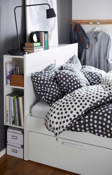 Gros plan d un lit avec tªte de lit IKEA intégrant sur le c´té des