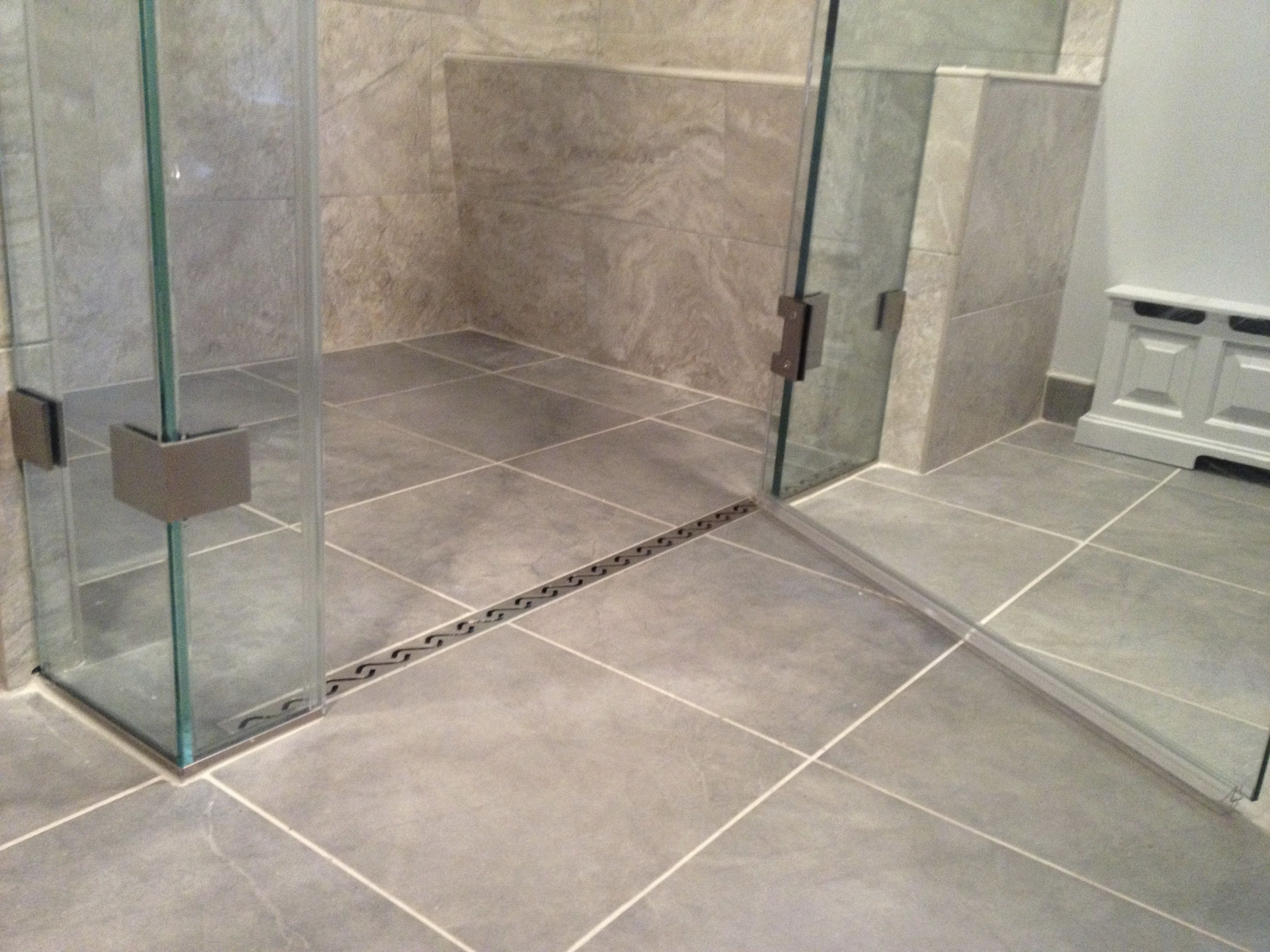 Curbless shower with a linear drain. | badkamer | Pinterest ...