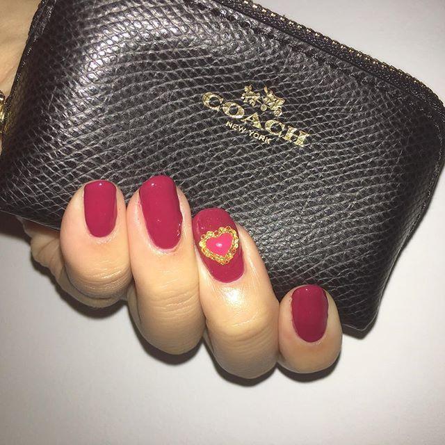 今しているネイルはこれ💞 べりーべりーってカラーで とーっても大人っぽい色なの😆 中指のハートがお気に入り💓 #COACH#selfnail#gelnails#gelpolish#nails#love#me#tbt#naw#cute#pink#japan#tokyo#セルフネイル#ジェルネイル#ネイル#ピンクネイル#大人