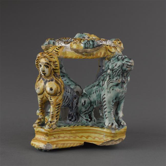 Musée d'Ecouen- Salière portée par 2 lions et 2 sphinx accroupis. ECL7585. DERUTA.