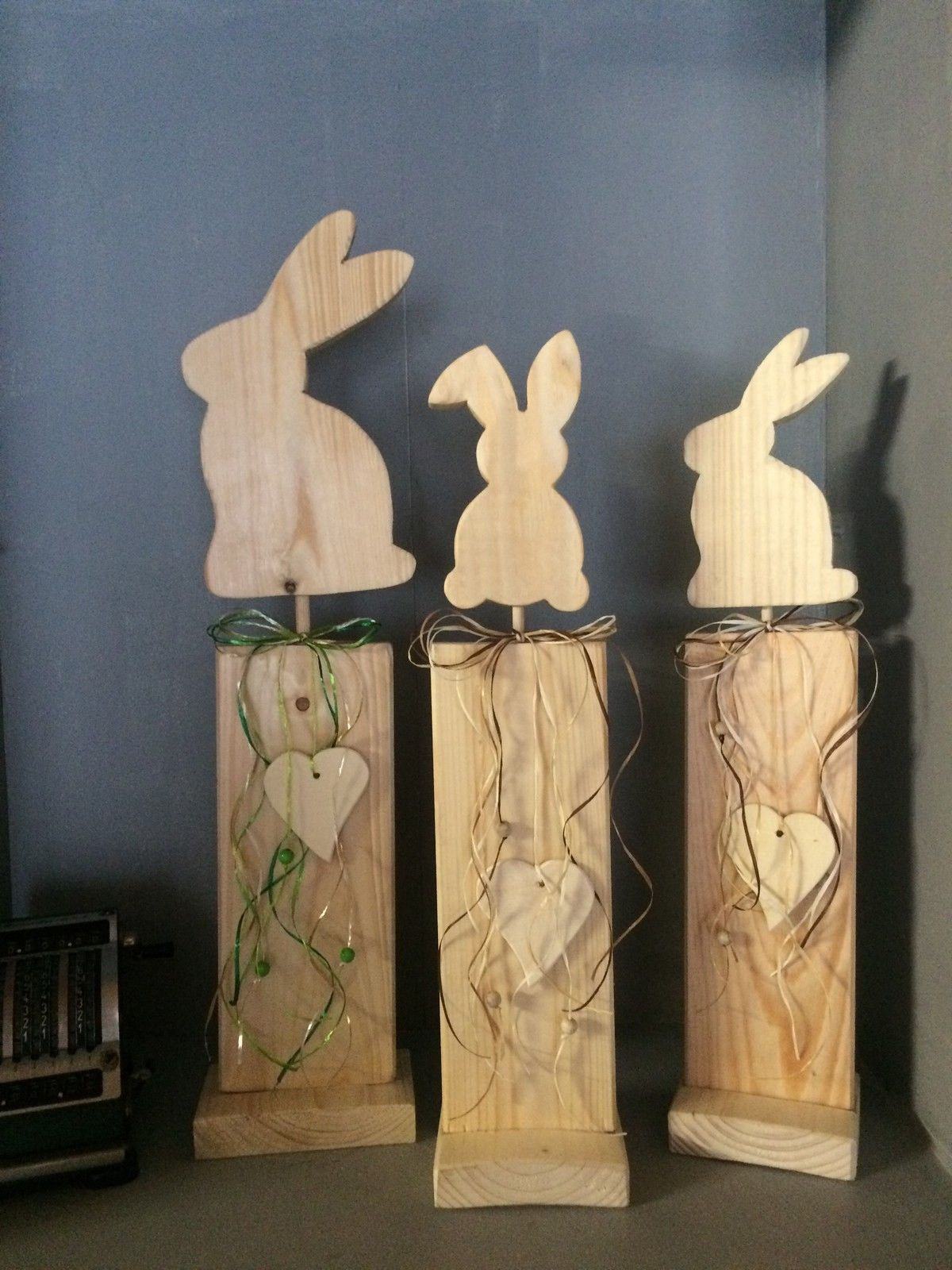 shabby chic hase ostern deko ausverkauf handarbeit osterhasen aus holz pinterest. Black Bedroom Furniture Sets. Home Design Ideas