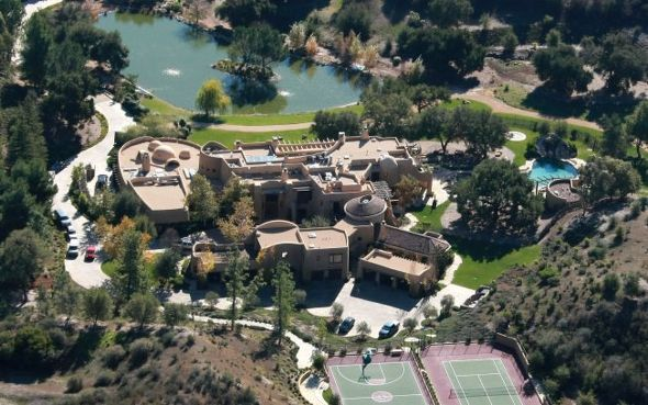 Top 10 Most Expensive Lavish Celebrity Houses See The Article Here Http Www Emmanuelfonte Com Top 10 Celebrity Houses Celebrity Mansions Will Smith House