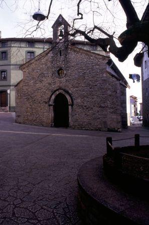 """Plaza y capilla de La Magdalena, Llanes, donde se rodó """"Historia de un beso""""."""