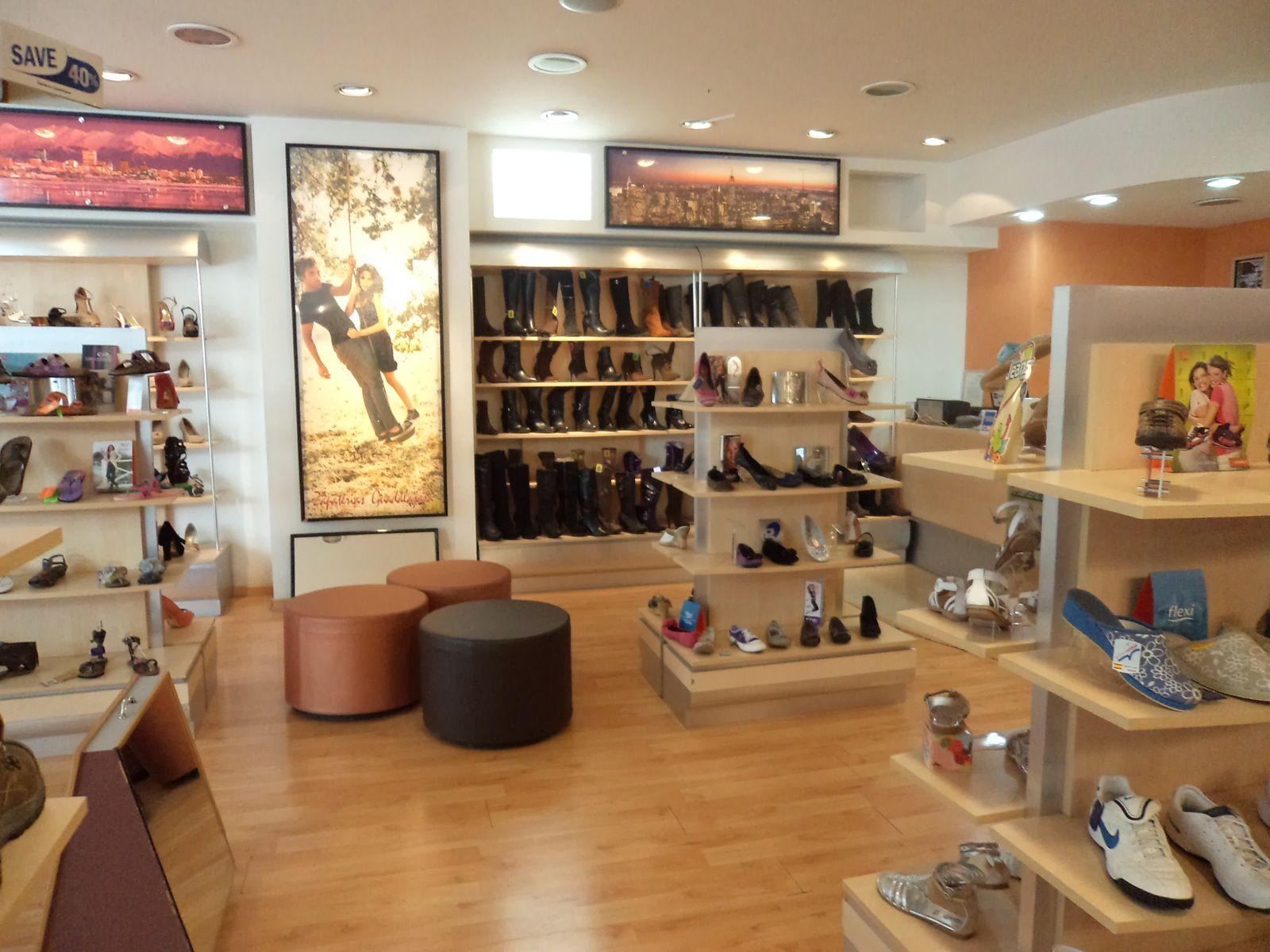 En La Zapatería Hay Muchos Zapatos Hay Zapatos Como Sandalias Y Botas Shop Interior Design Shop Interior Interior Design