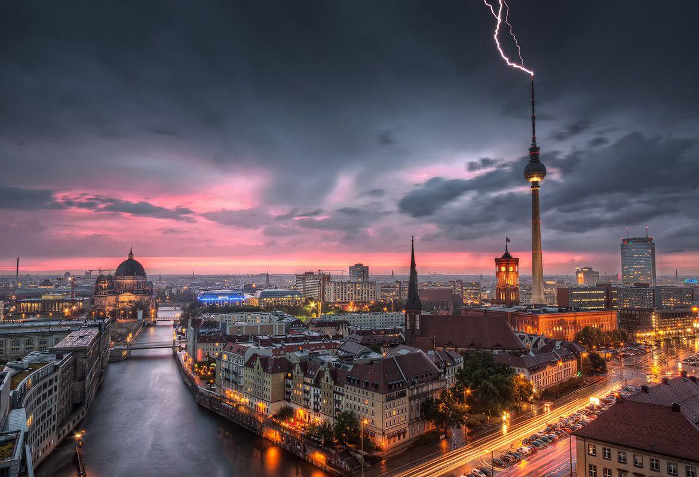 un rayo impacta sobre fernsehturm el cuarto edificio ms alto de europa en un