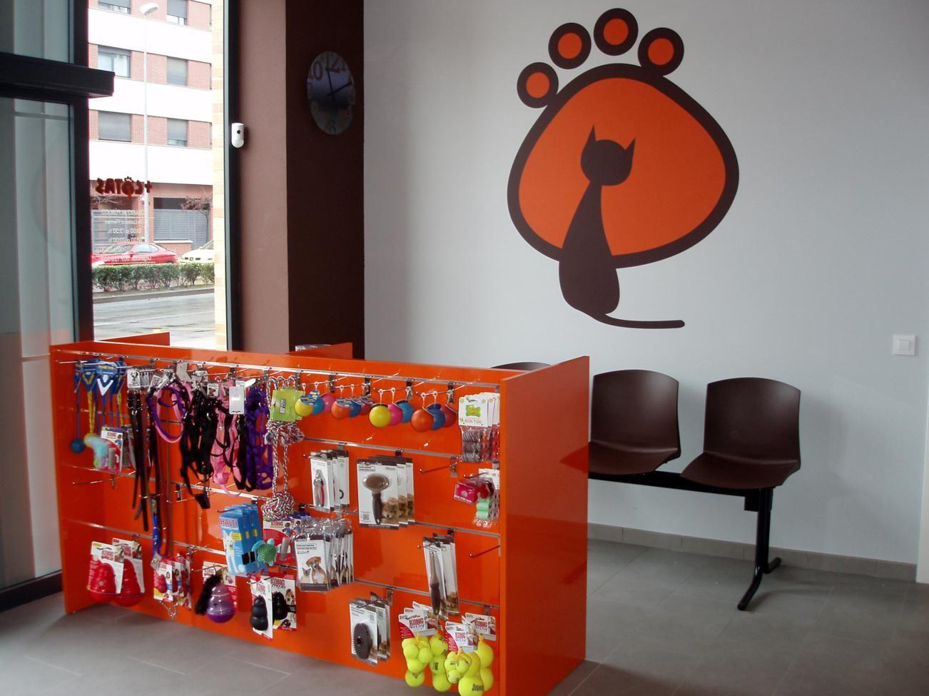 Sala De Espera Y Expositor De Cl Nica Veterinaria Valdecantos  # Muebles Logrono