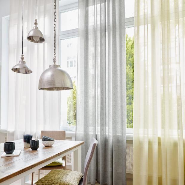 vorh nge und gardinen aktuelle modelle und trends in. Black Bedroom Furniture Sets. Home Design Ideas