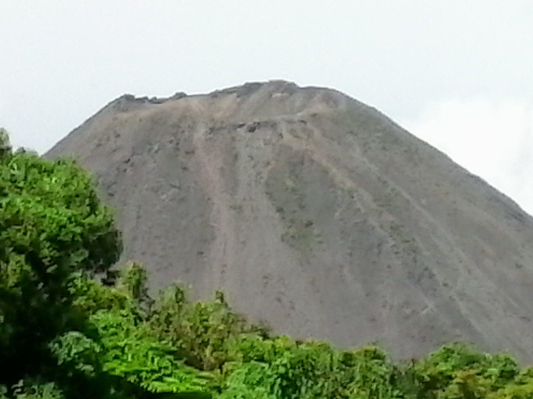 este es el volcán  izalco y al rededor de el podemos ver una inmensa  vegetación.