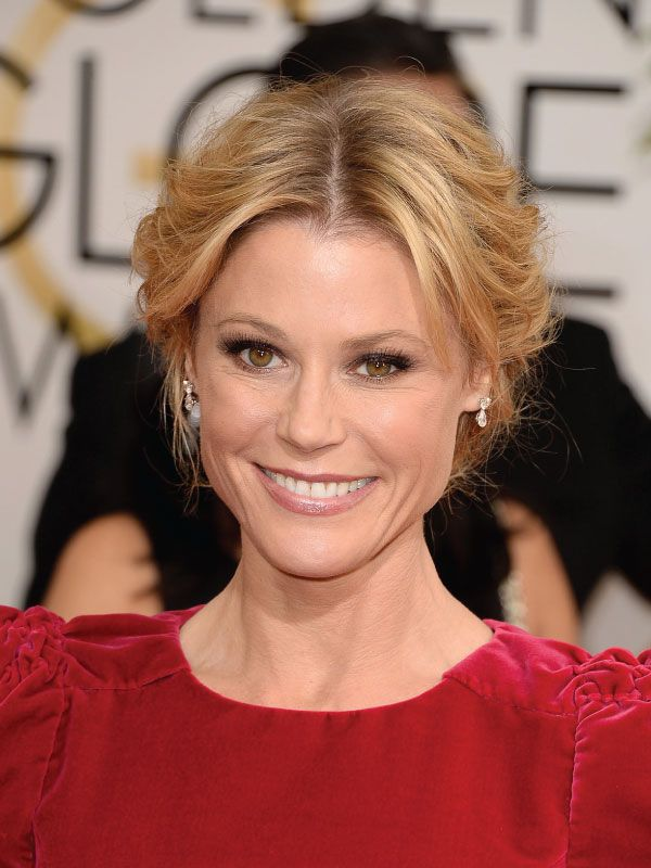 Julie Bowen With A Middle Part Updo Hairstyles Haircuts