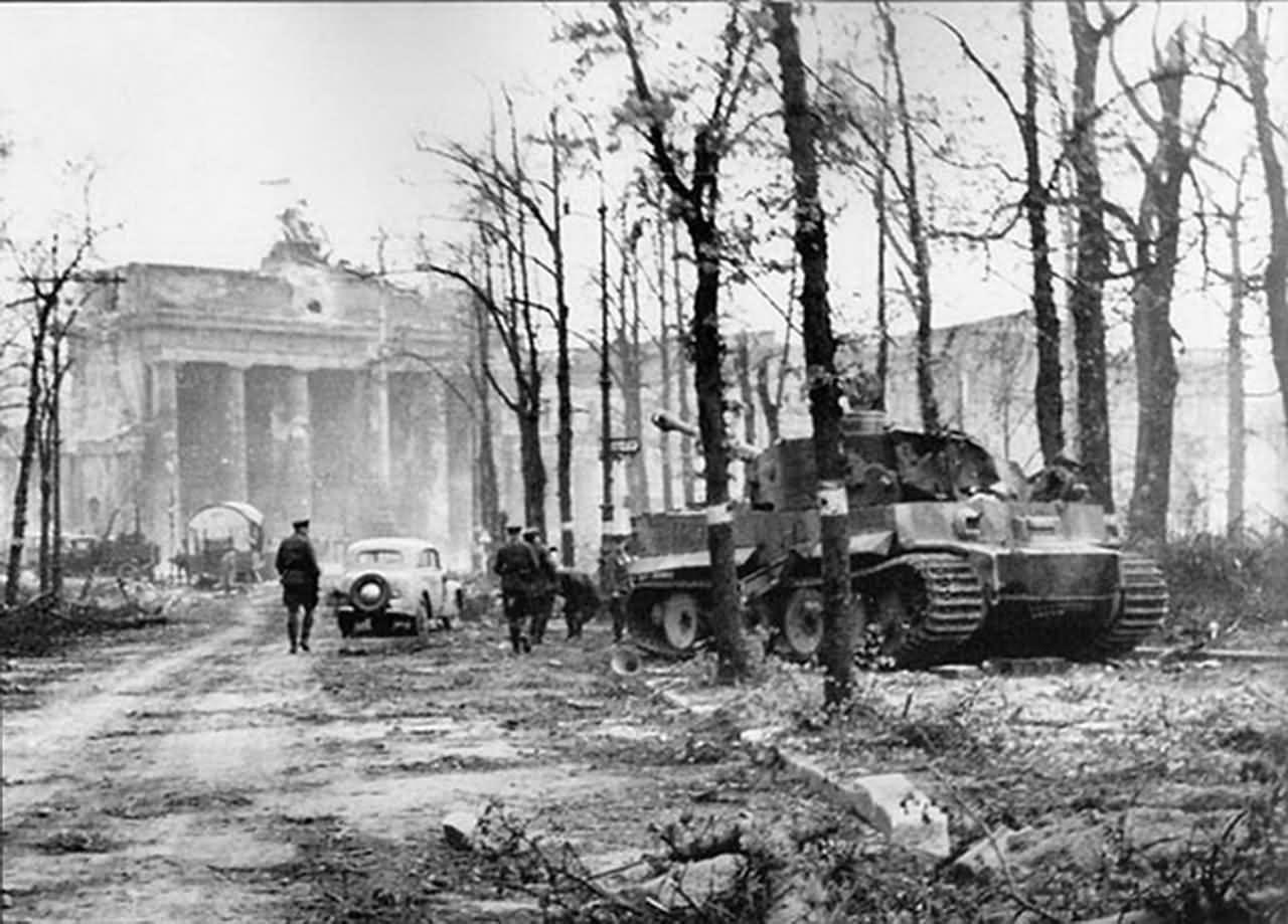 Tiger Of The Panzerabteilung Muncheberg Berlin 1945 Brandenburger Tor World War Two World War Wwii