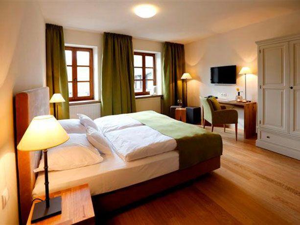 Hotelzimmereinrichtung mit grünen Akzenten (mit Bildern