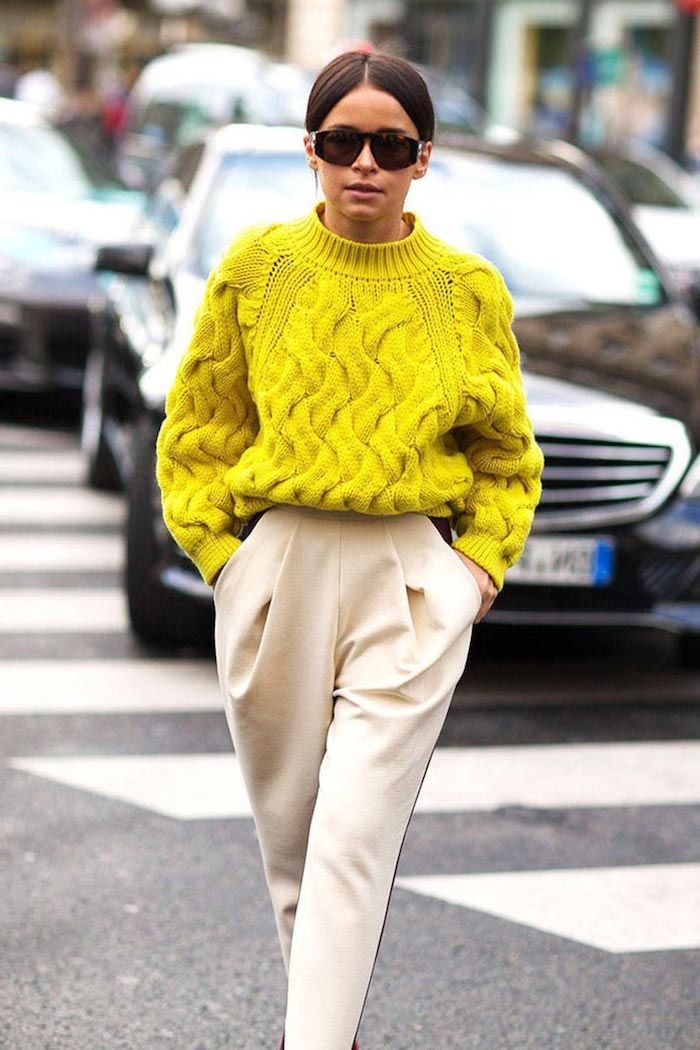pantalon beige, code vestimentaire au travail femme, pull en crochet jaune  moutarde avec pantalon slim papillon 4d064e3f7d92