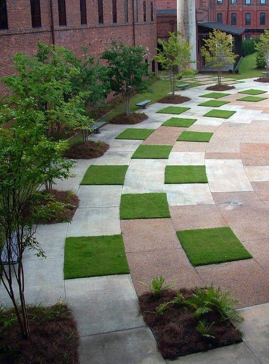 """Snyggt att bryta av med """"gräsplattor"""" bland all sten. Ger ett mjukare och mer spännande uttryck."""