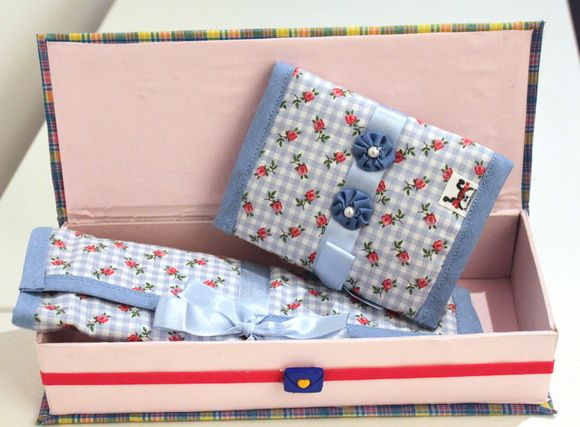 Kit composto de 1 porta escova, com três bolsos para: escova de dentes, pasta e uma toalhinha de mão na mesma estampa + 1 porta absorventes com dois bolsos, embalados em caixa multiúso feita de cartonagem forrada em tecido. R$ 38,00
