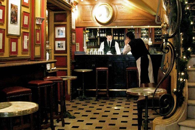 Café Procope aan de Rue de l'Ancienne Comédie stamt uit 1686. Het wordt beschouwd als het oudste café van Parijs. Volgens de verhalen hebben hier intellectuelen als Benjamin Franklin, John Paul Jones en Thomas Jefferson hun koffie gedronken.