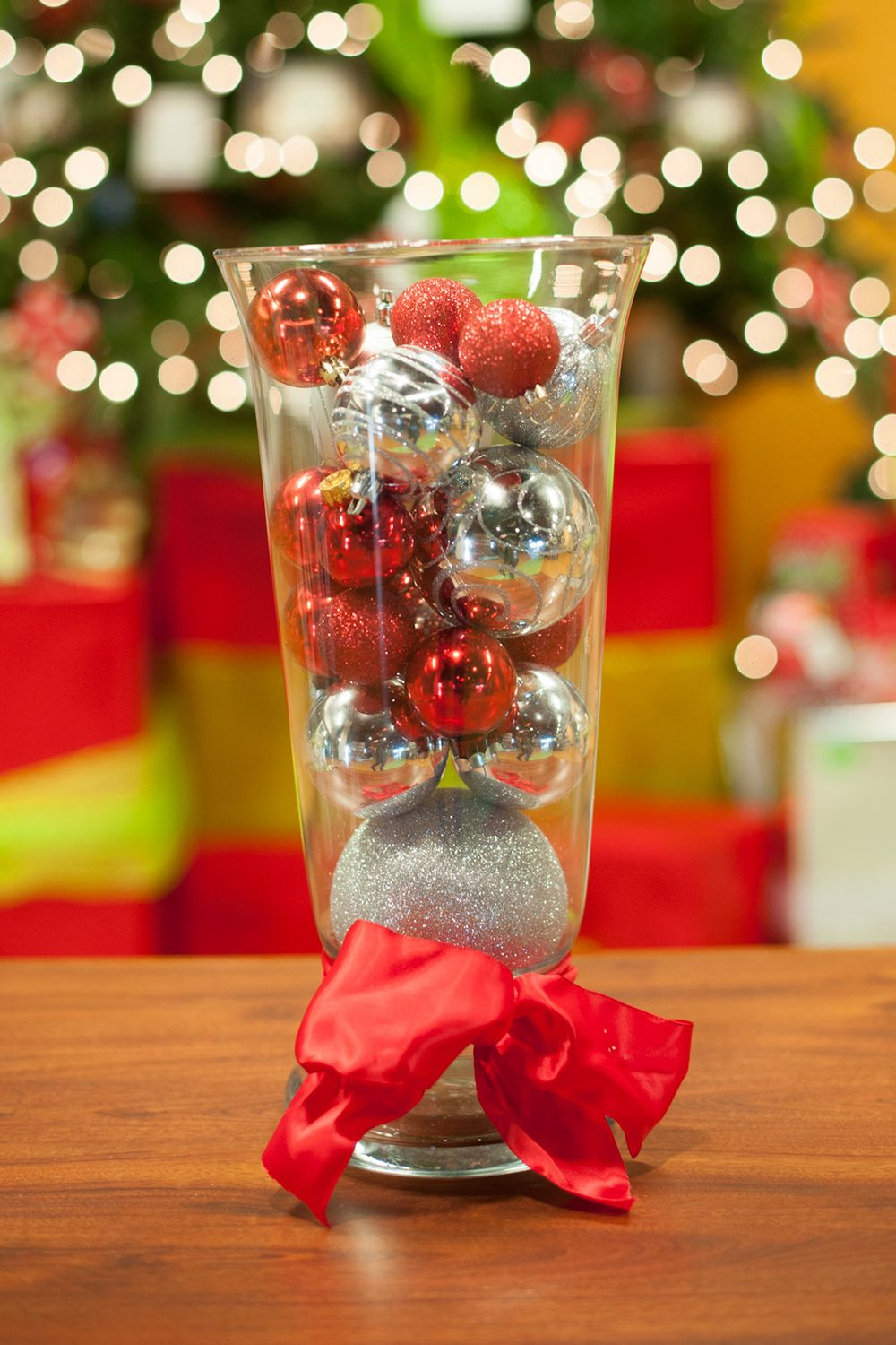 Furniture and accessories minimalist cheap simple yet beautiful decoration outstanding decorations easy but chic christmas centerpiece idea with sparkling red and silver christmas balls in clear glass vase with red bow reviewsmspy