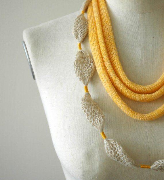 gebreide/gepunnikte wit/gele ketting Knitted necklace